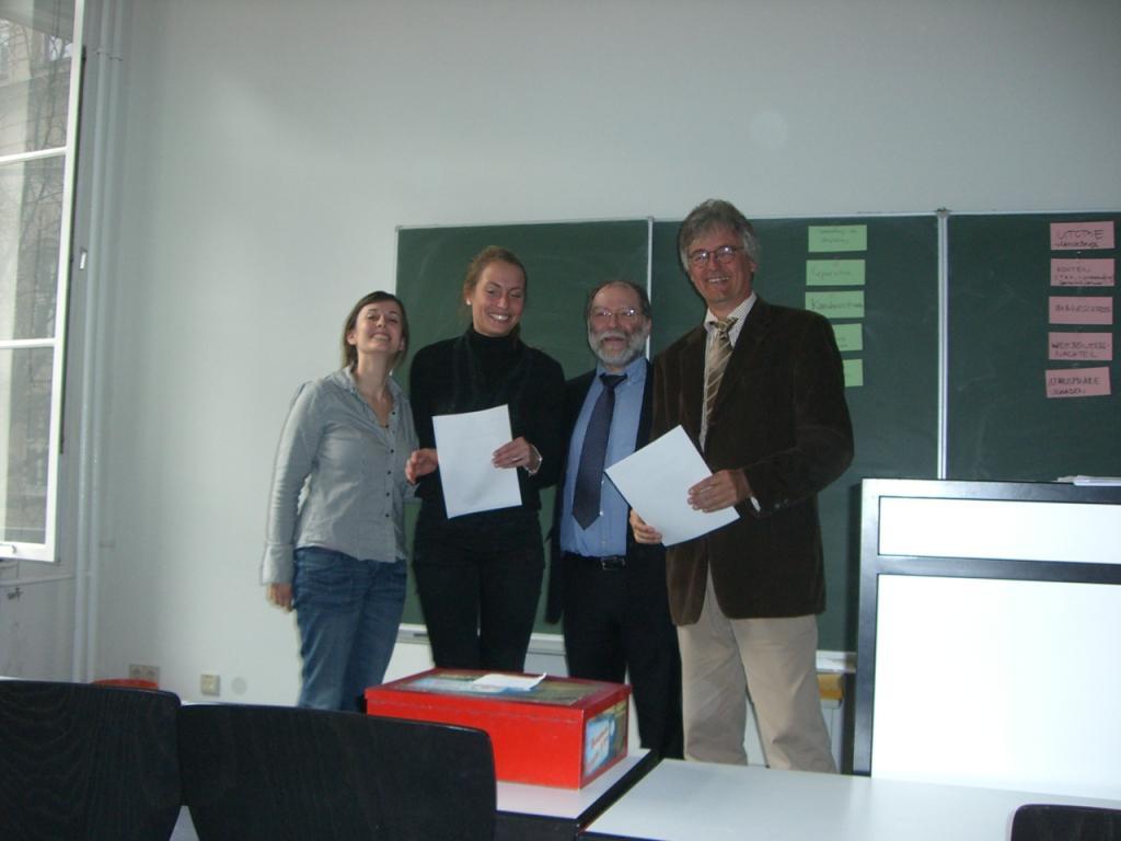Vergabe der Abschluss-Urkunden
